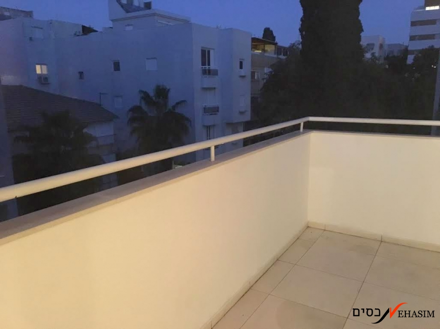 Charming Rooftop apartment in Arlozorov